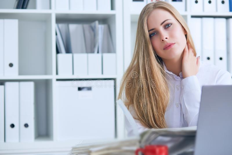 Müde kaukasische Geschäftsfrau, die Hals massiert Erschöpfte weibliche Büroangestelltversammlung selbst für den Abschluss der Arb stockfotografie
