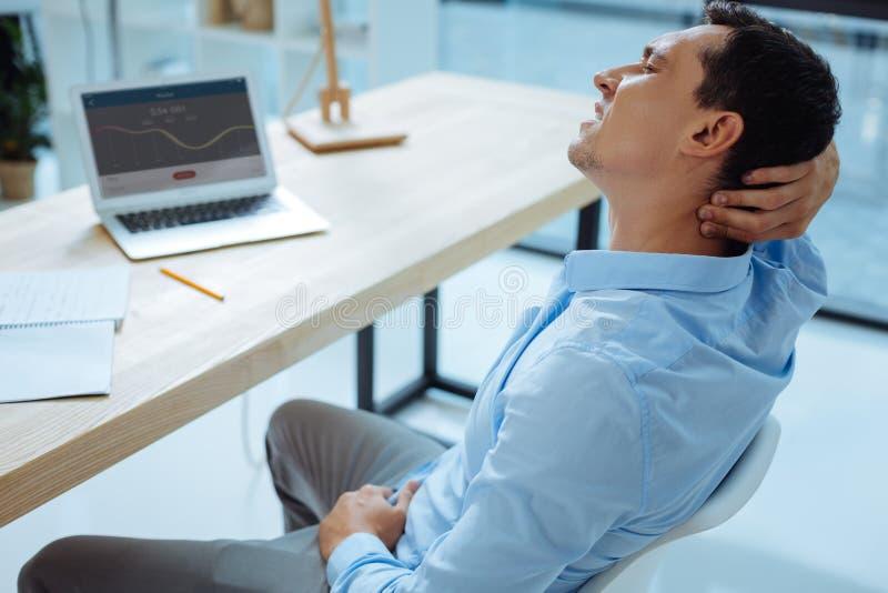 Müde männliche Person, die Augen geschlossen hält lizenzfreie stockbilder