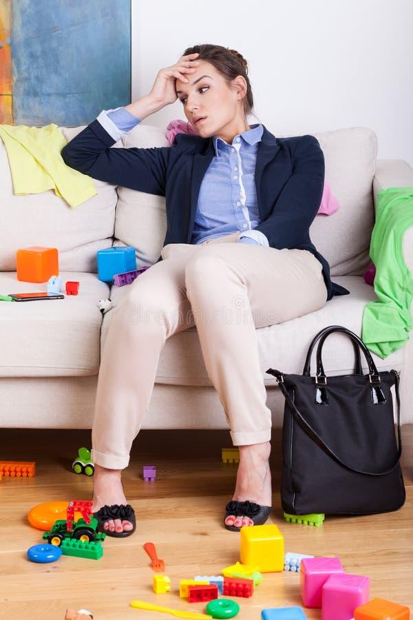 Müde Mutter nach hartem Tag bei der Arbeit lizenzfreie stockfotografie