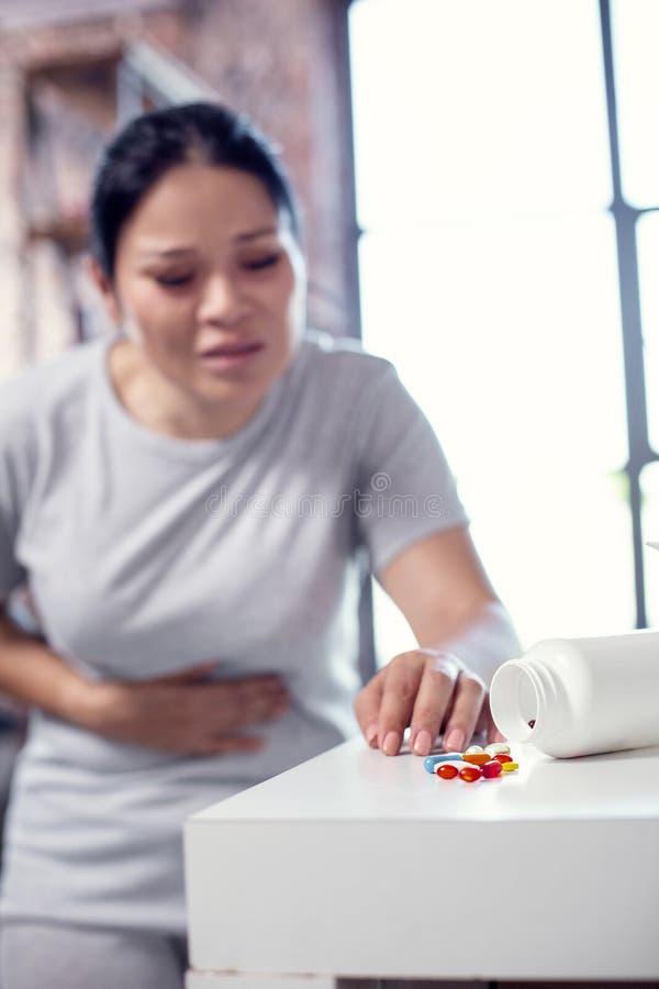 Müde overworn Frau, die Drogen verwendet lizenzfreies stockfoto