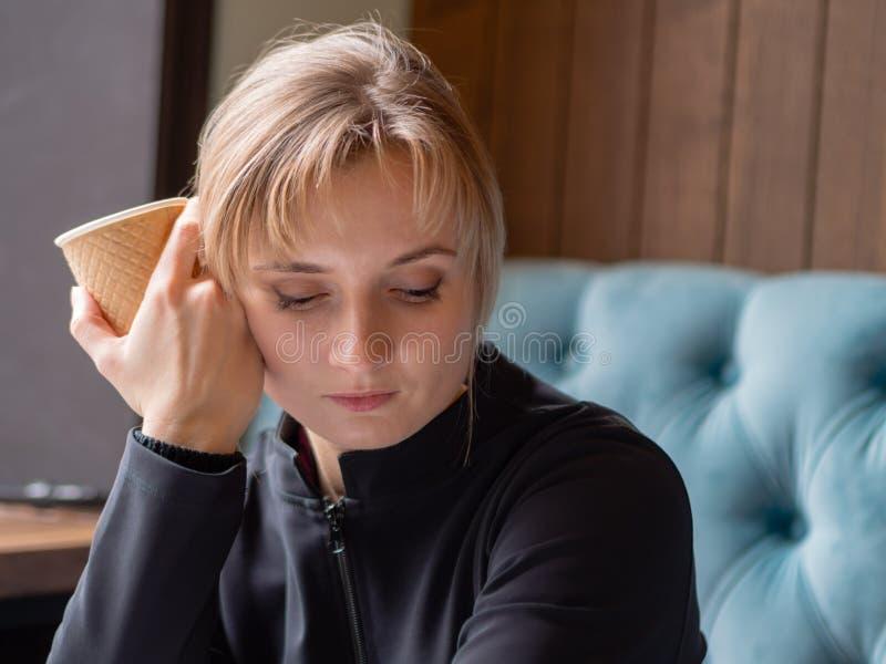 Müde, schläfrige junge Frau stockfotografie
