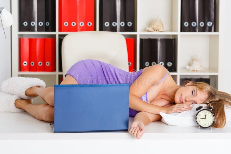Müde schlafende junge Frau. lizenzfreie stockbilder