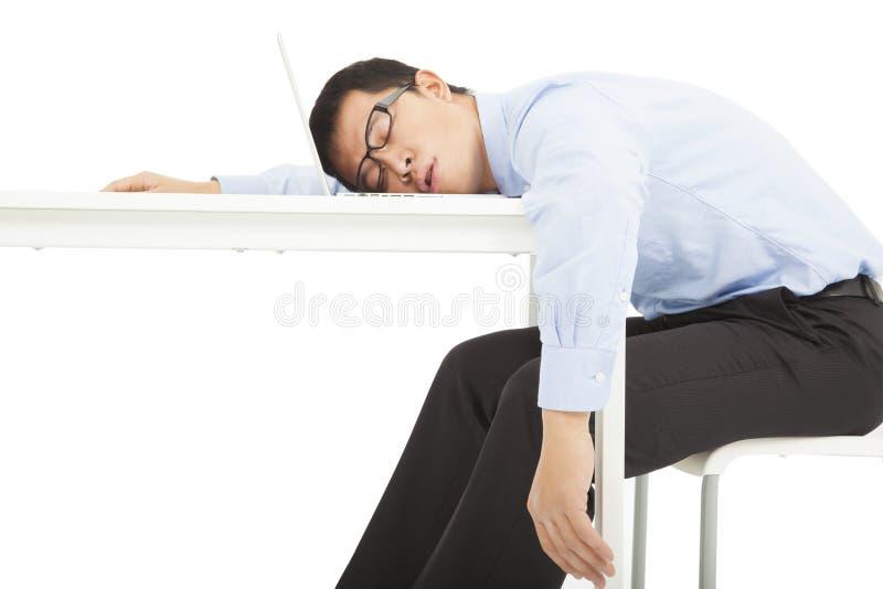 Müder überarbeiteter Geschäftsmann schläft auf Schreibtisch stockbilder