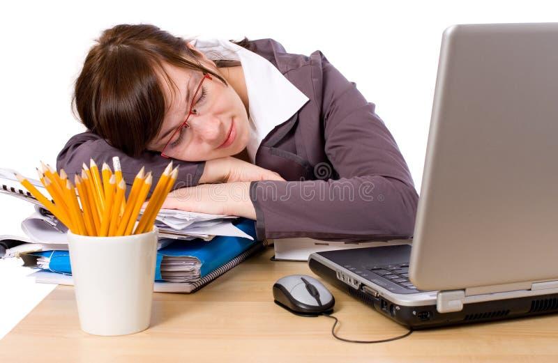 Müder Büroangestellter, der auf ihrem Schreibtisch, getrennt schläft stockfoto