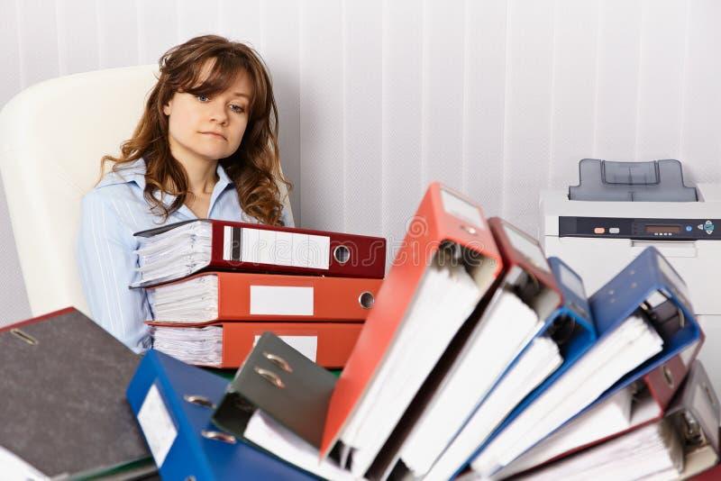 Müder Buchhalter, der über die Zeit hinaus im Büro arbeitet lizenzfreie stockbilder