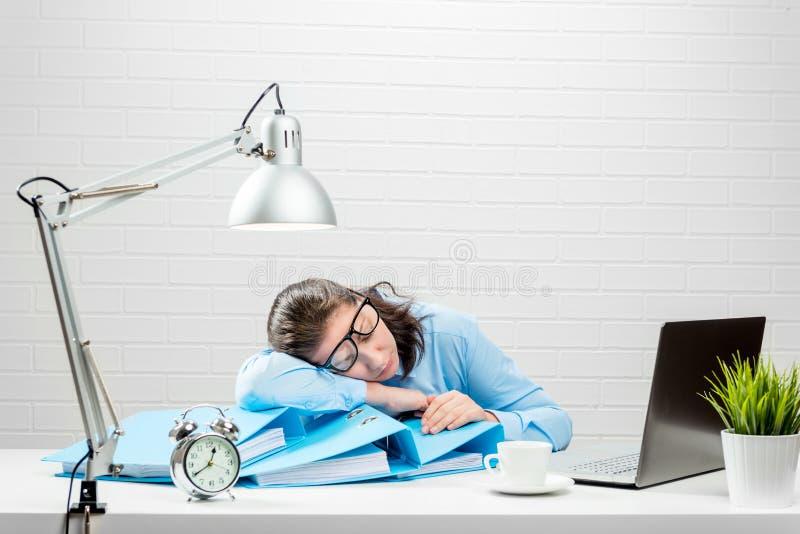 Müder Buchhalter während des Berichtszeitraumes arbeitet über die Zeit hinaus lizenzfreies stockfoto