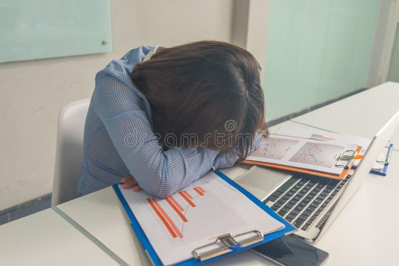 Müder Geschäftsfraubuchhalter, der im Geschäftslokal schläft stockfotos