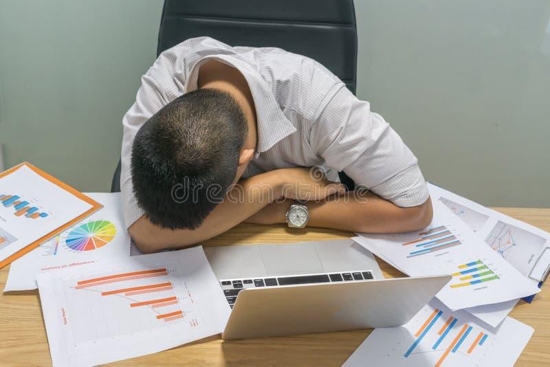 Müder Geschäftsmann, der im Büro schläft lizenzfreies stockfoto