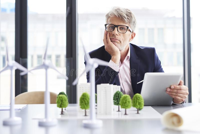 Müder Geschäftsmann, der an neue Lösungen denkt stockfoto