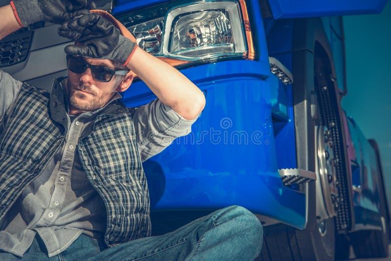 Müder LKW-Fahrer Resting lizenzfreie stockfotografie