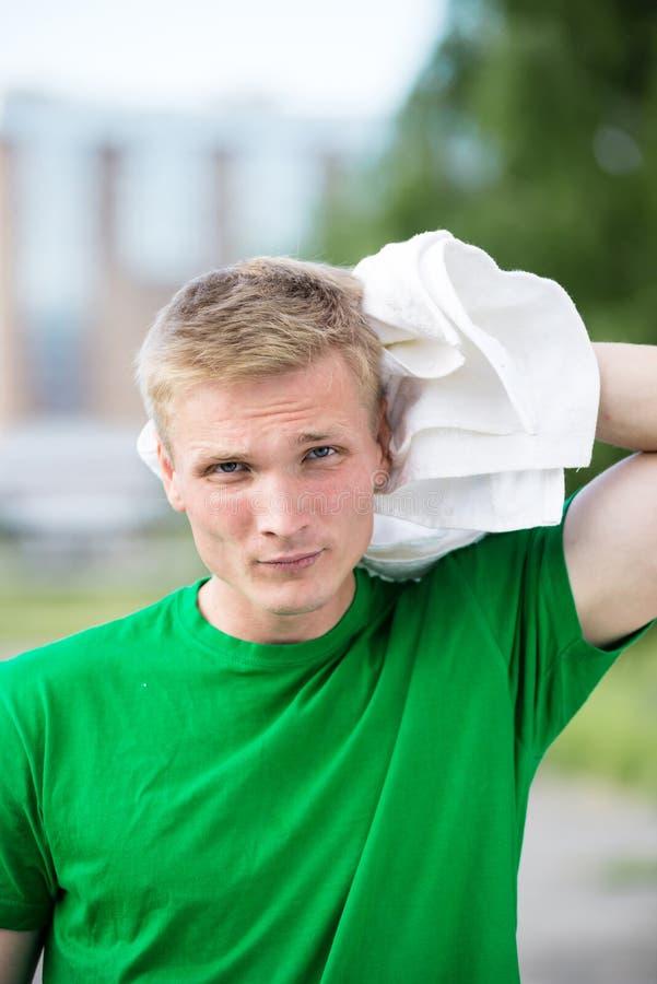 Müder Mann nachdem Eignungszeit und -c$trainieren Mit weißem Tuch stockbild