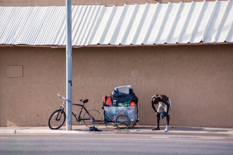 Müder obdachloser Mann lizenzfreie stockfotografie