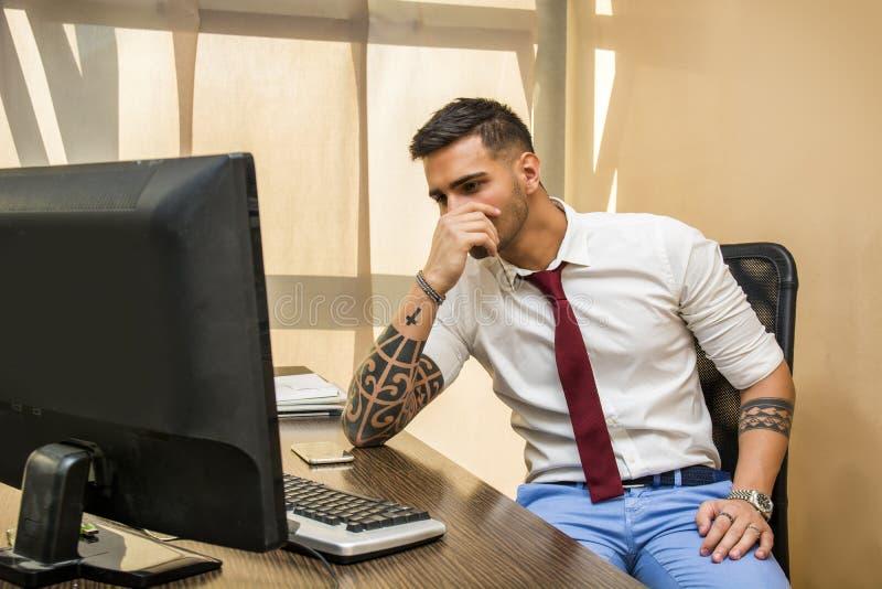 Müder oder frustrierter Büroangestellter am Computer stockbilder