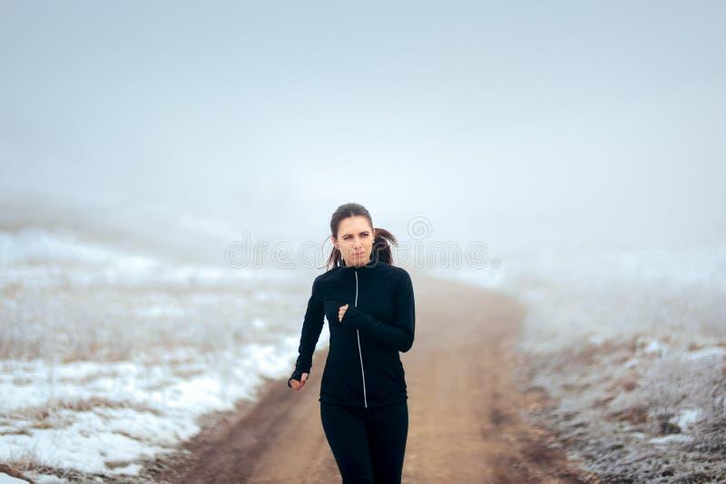 Müder Winter-Läufer, der draußen auf kühlem Wetter rüttelt stockfotos
