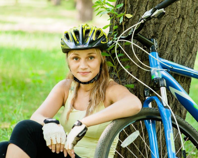 Müdes aber glückliches Mädchen, nachdem Fahrrad gefahren worden ist lizenzfreie stockbilder