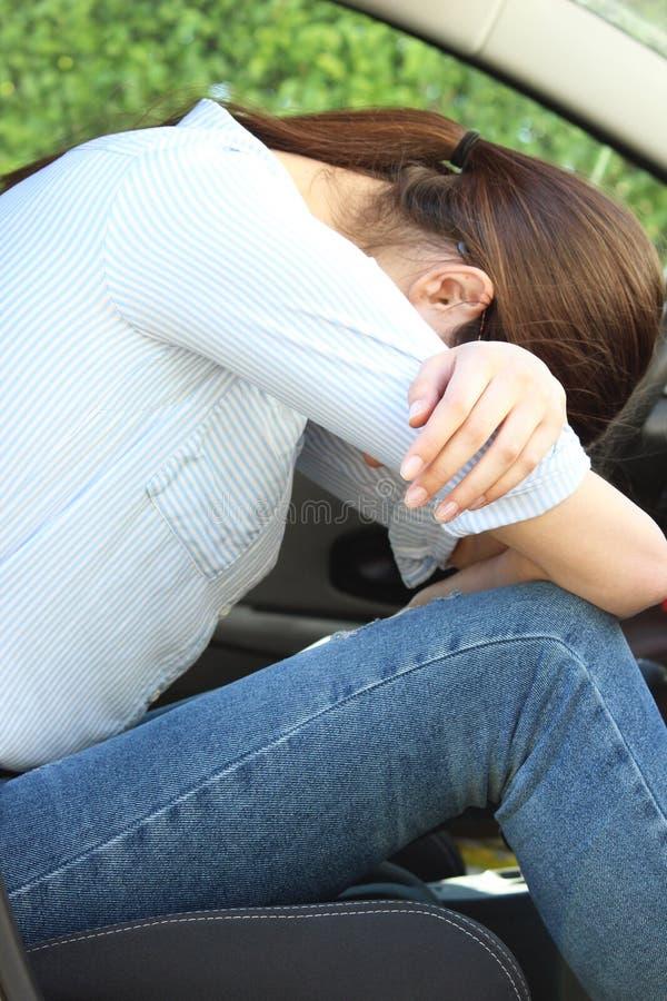 müdes allein des Frauenschlafwagens lizenzfreie stockfotografie
