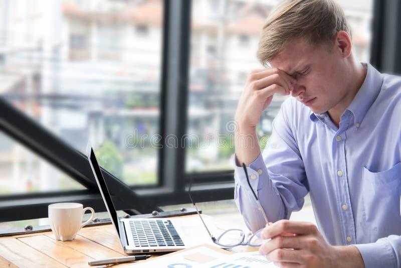Müdes Geschäftsmannnehmen von Brillen stressiges junger Mann massag stockfotografie