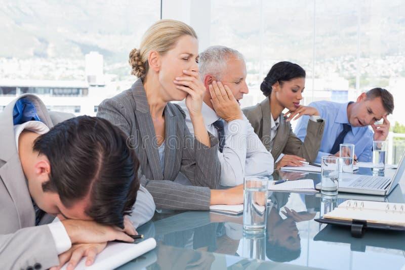 Müdes Geschäftsteam bei der Konferenz stockfoto