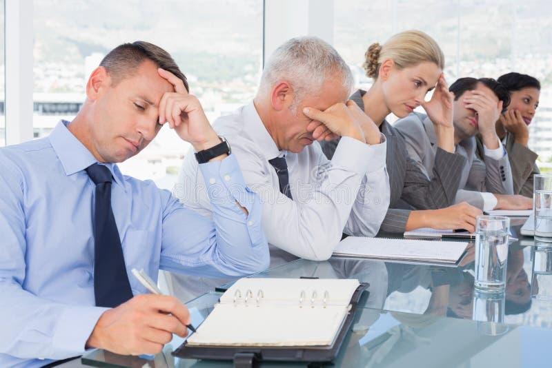 Müdes Geschäftsteam bei der Konferenz lizenzfreie stockfotografie