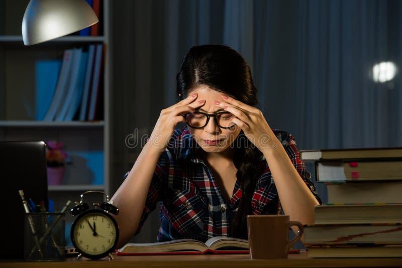 Müdes hispanisches Studentengefühl stressig stockfoto