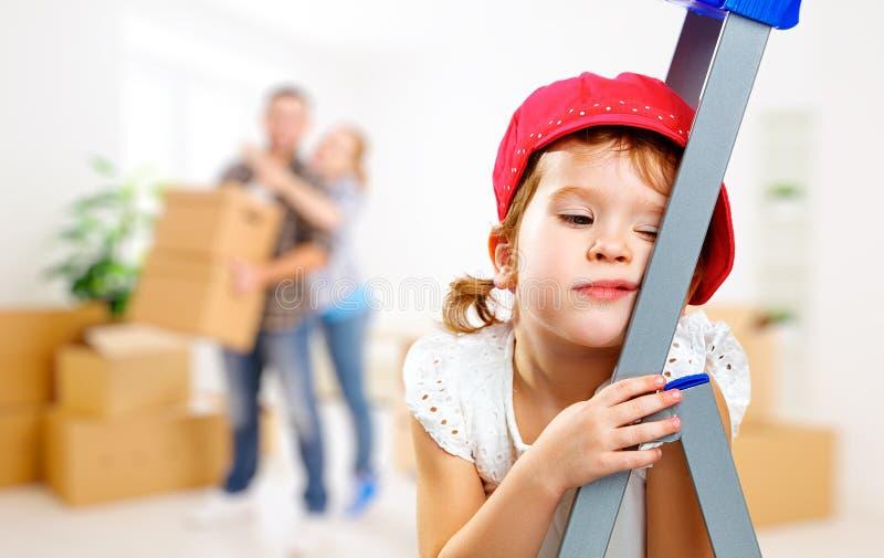 Müdes Kind und Bewegen auf neue Wohnungsreparatur lizenzfreies stockfoto