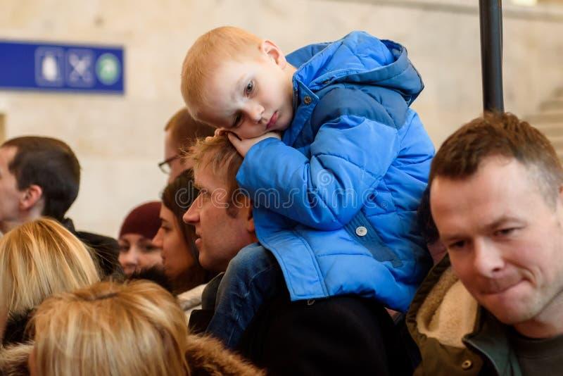 Müdes Kind, während Tennis Team Latvia-Sitzung mit Fans lizenzfreie stockbilder