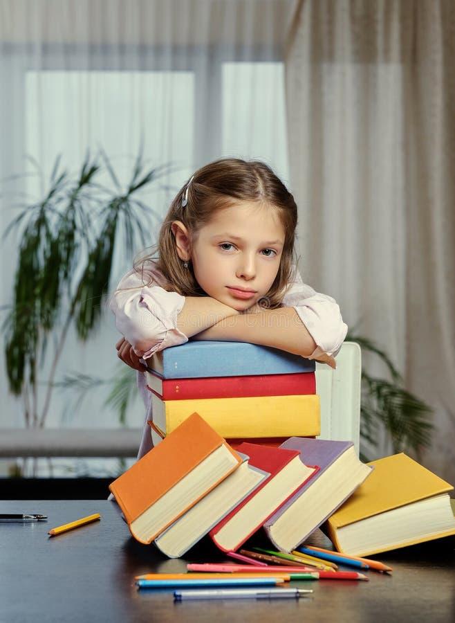 Müdes Mädchen nach dem Ablesen vieler Bücher lizenzfreies stockbild