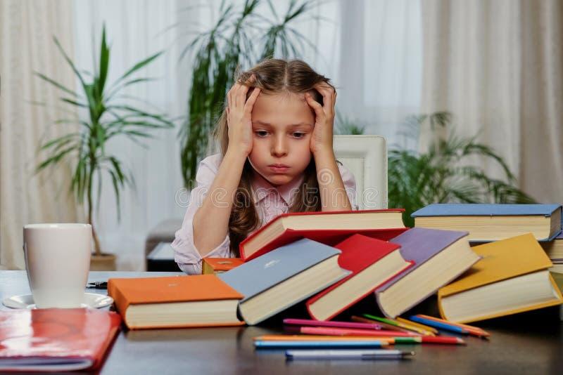 Müdes Mädchen nach dem Ablesen vieler Bücher stockfotos