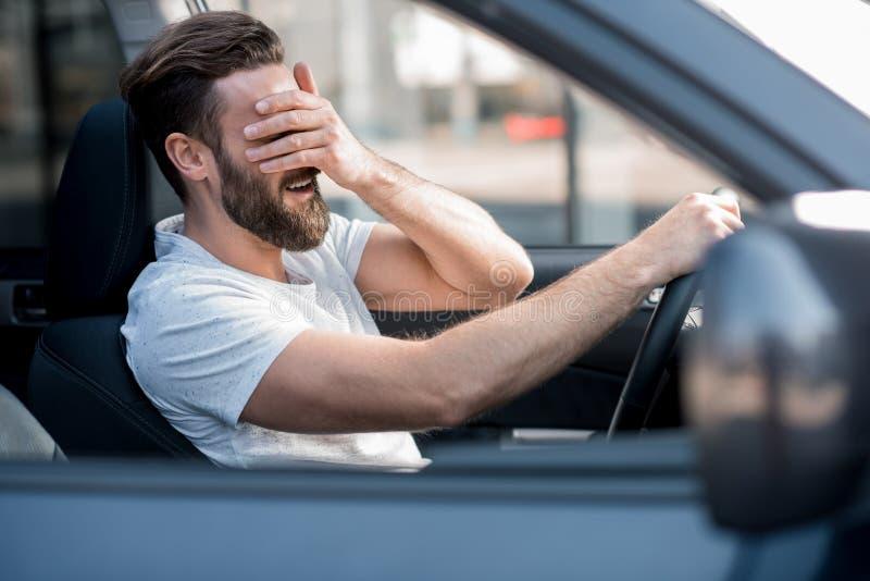 Müdes Mannautofahren stockbilder