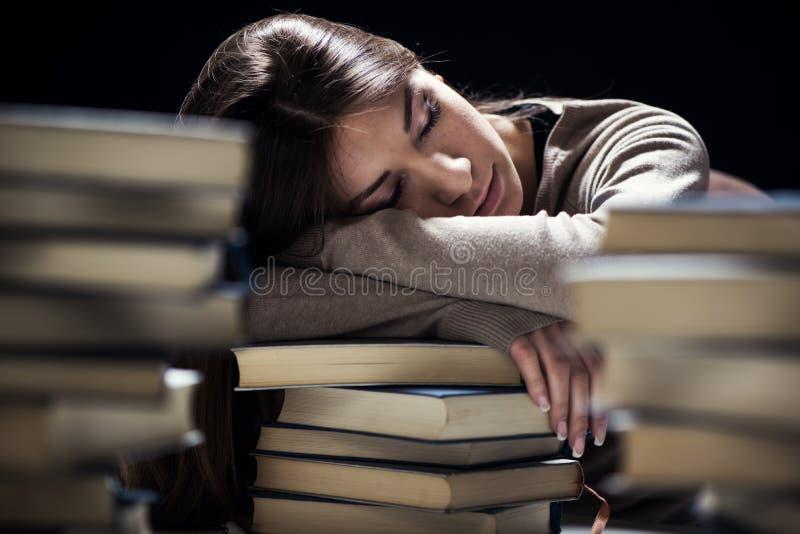 Müdes Studentenmädchen lizenzfreie stockbilder