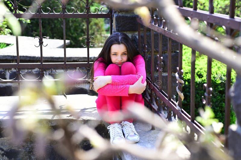 Müheloser kühler Mädchenblick Mode-Modell mit hübschem Blick Wenig Fashionista am Sommertag Kleine Abnutzung des Mädchens in Mode stockfotos