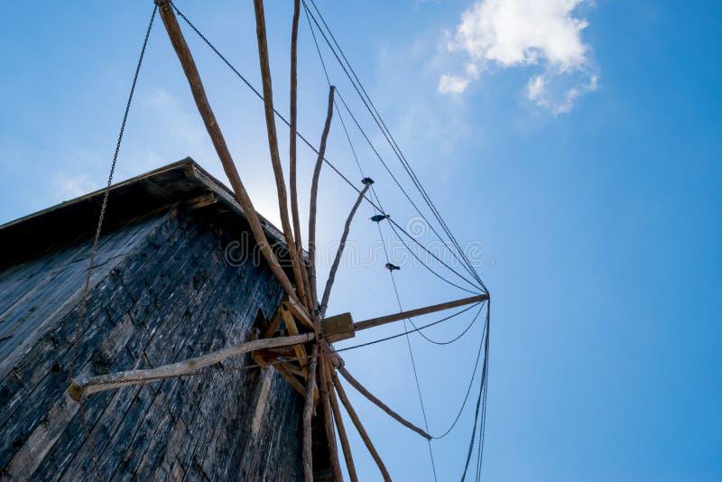 Mühle mit Vögeln stockbild