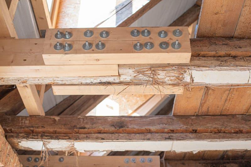 mühsame Arbeit ein altes Haus restauriert wird, wobei alte Balken durch neue verstärkt werden stockfotografie