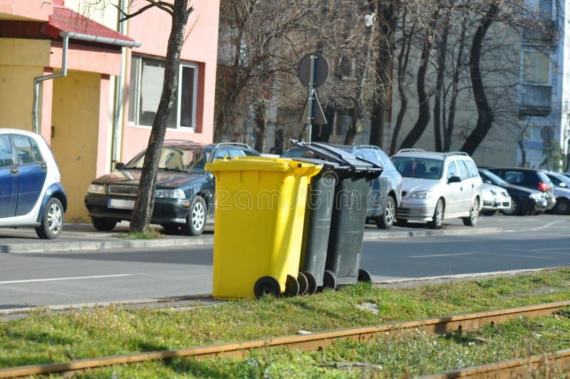 Müllcontainer auf der Straße lizenzfreies stockbild