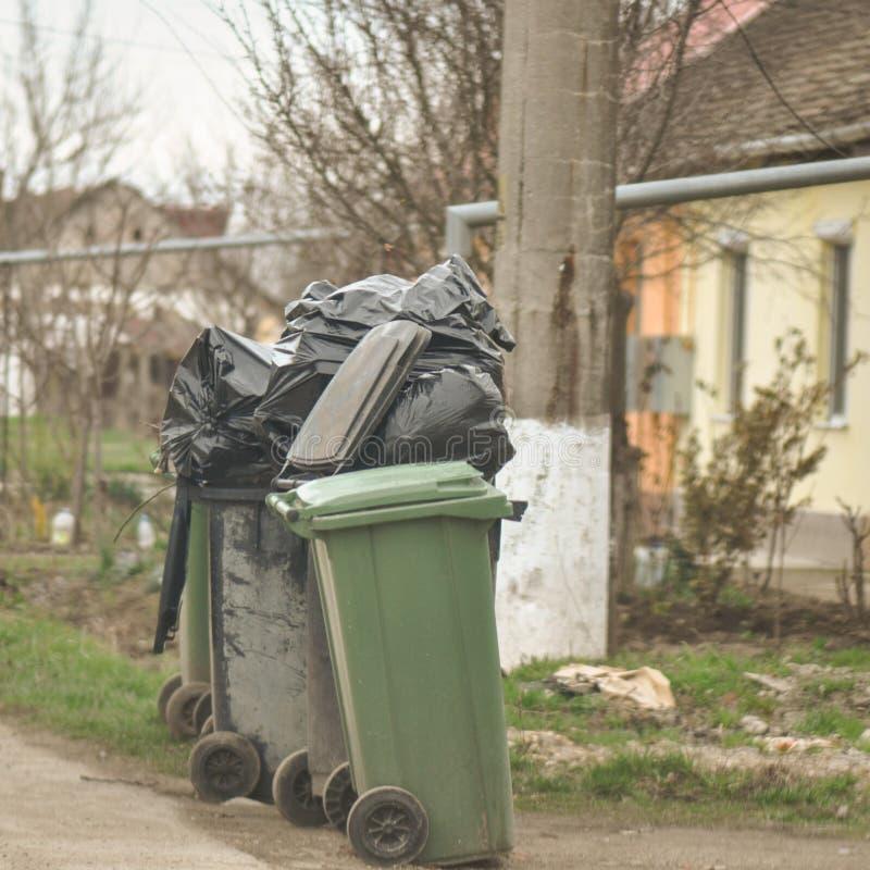 Müllcontainer auf der Straße lizenzfreies stockfoto