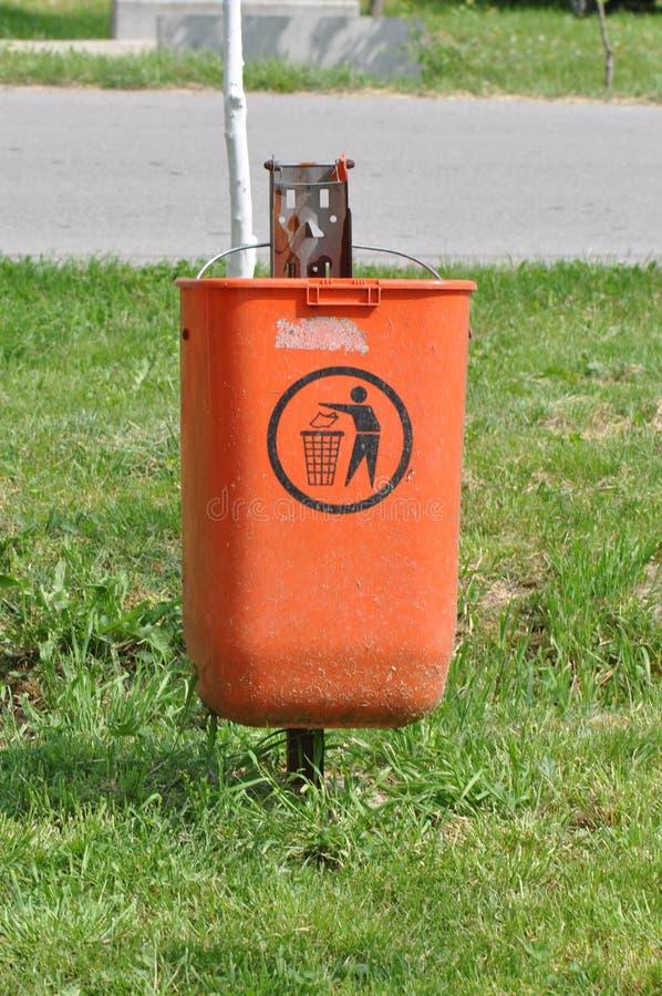 Müllcontainer auf der Straße lizenzfreie stockfotos