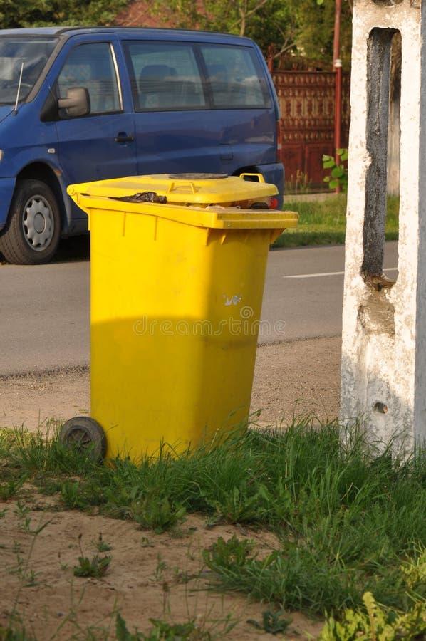 Müllcontainer auf der Straße stockbilder