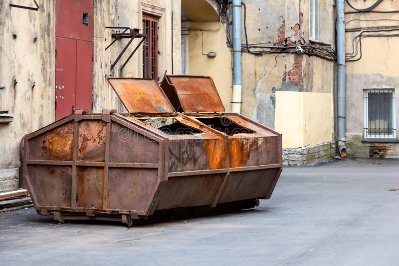 Müllcontainer im Hof in der Mitte von St Petersburg, Russland 2019 lizenzfreie stockfotos