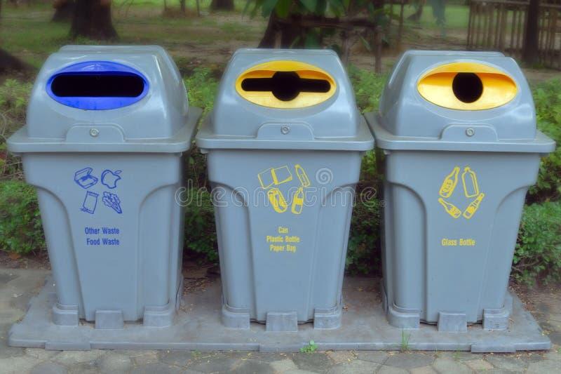 Mülleimer im Garten stockfotos