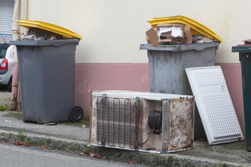 Mülleimer und linker Kühlschrank in Brest stockfotos