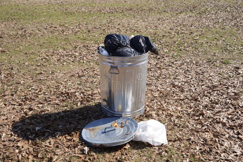 Mülleimer voll Abfall lizenzfreie stockfotografie