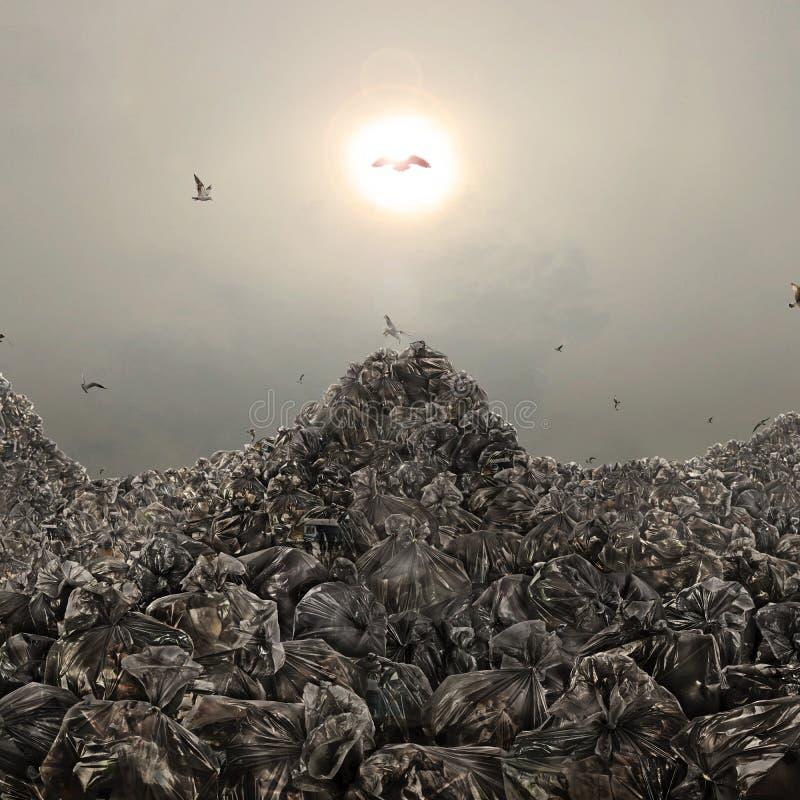 Müllkippe in der Form von Bergen auf einem düsteren Hintergrund lizenzfreie stockfotos