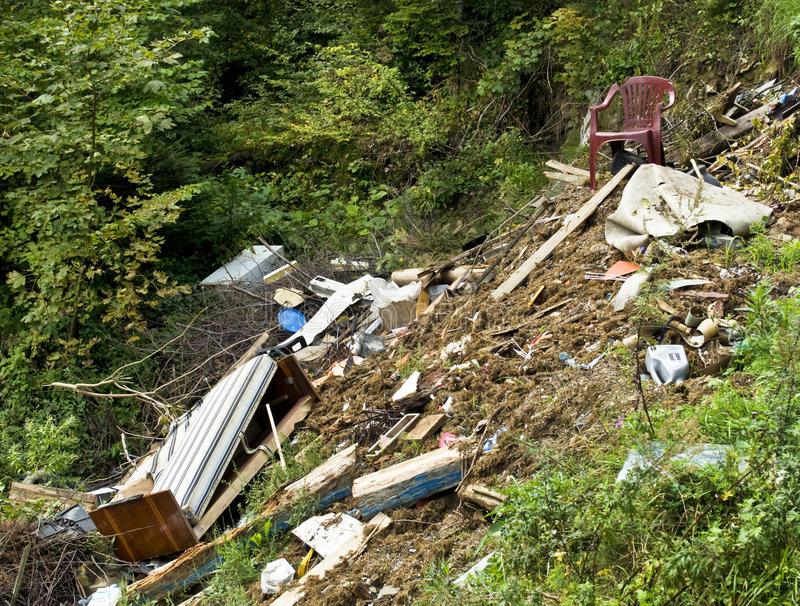 Müllkippe - verunreinigter Wald lizenzfreie stockbilder