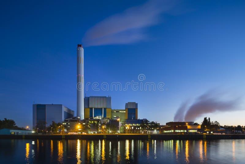 Müllverbrennungs-Anlage am Abend lizenzfreie stockfotos