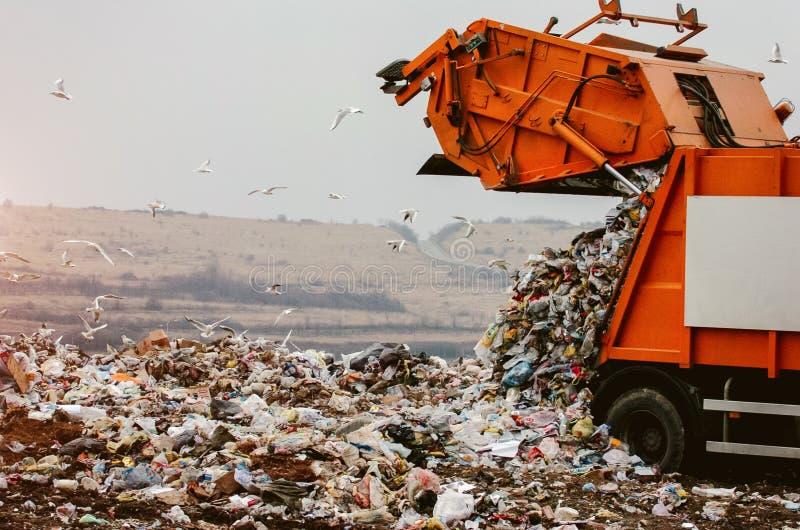 Müllwagen, der den Abfall entleert lizenzfreies stockfoto