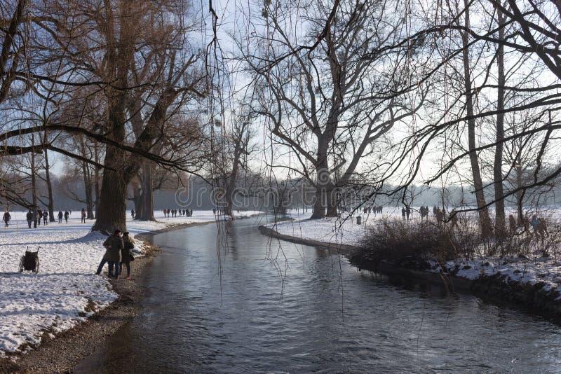 """MÜNCHEN †""""28 JANUARI: Rivier in het park op een koude de winterdag Peo royalty-vrije stock fotografie"""