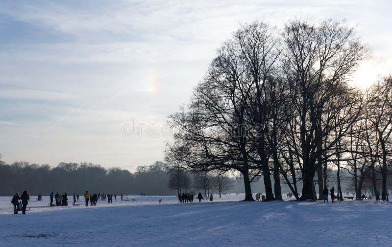 """MÜNCHEN-†""""am 28. Januar: Leute, die schönes Wetter während wi genießen lizenzfreie stockfotos"""