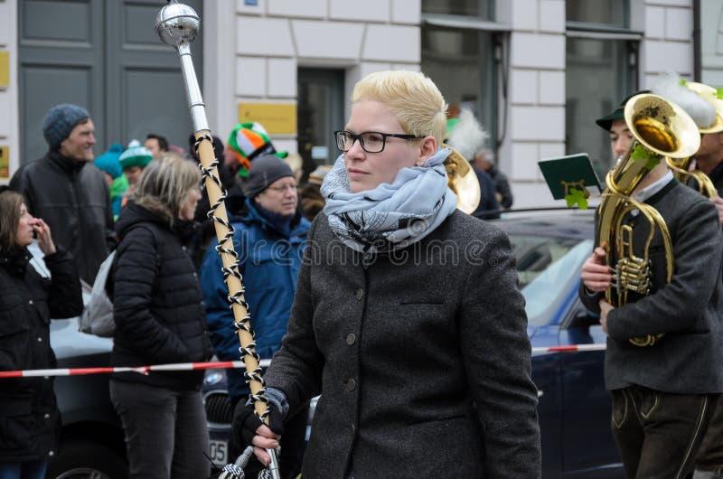 MÜNCHEN, BAYERN, DEUTSCHLAND - 13. MÄRZ 2016: Bayerische Musikband in der traditionellen bayerischen Kleidung an der St- Patrick` lizenzfreie stockfotos