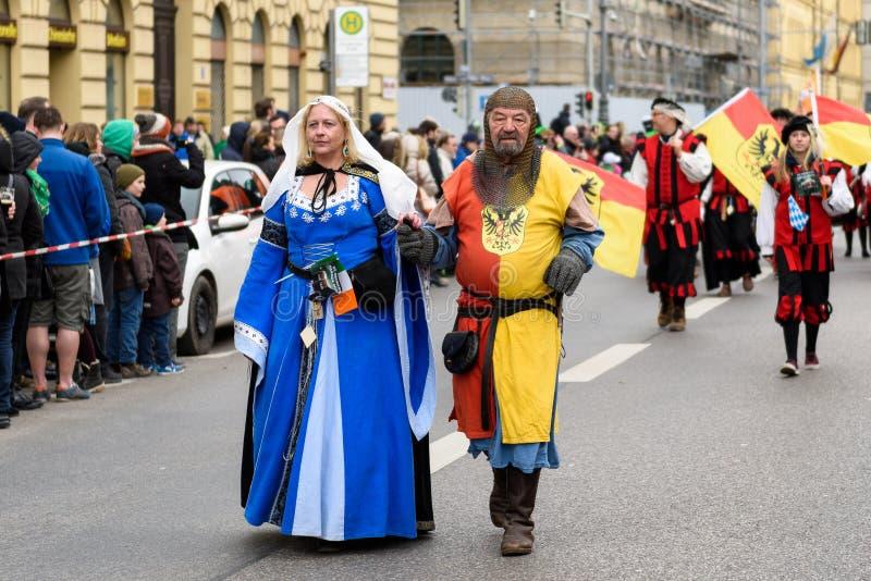 MÜNCHEN, BAYERN, DEUTSCHLAND - 13. MÄRZ 2016: Mann kleidete oben wie Ritter mit seiner Frau an, welche die Schlagzeugergruppe von stockfotos