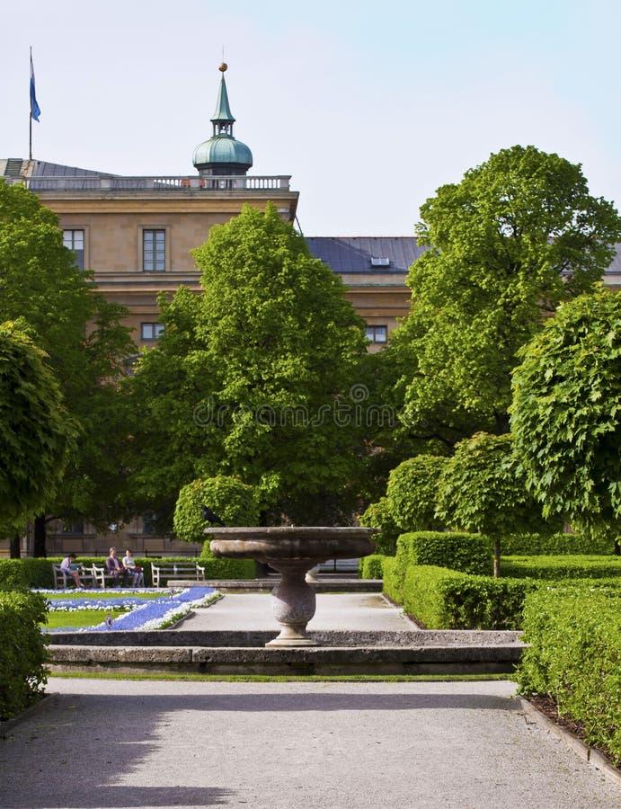 München, Deutschland - Hofgarten, dekorativer Brunnen und Grün stockfotos